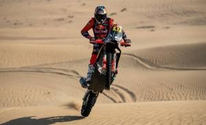 Kevin Benavides suma en Dubái sus primeros kilómetros como piloto KTM