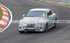 Nuevas fotos espía del Mercedes EQE 2022, la berlina eléctrica se enfrenta a Nürburgring