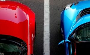 ¿Pueden multarte por aparcar demasiado cerca de otro coche? Sí, y no es barato