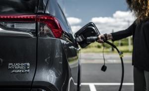 Toyota producirá coches híbridos enchufables en Europa