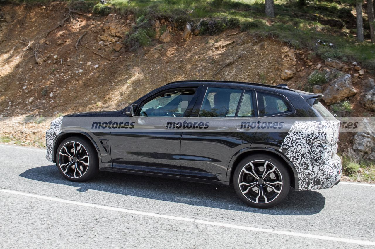 BMW X3 M 2022 - foto espía lateral