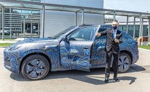 Carlos Tavares prueba el nuevo Maserati Grecale durante una visita a Módena