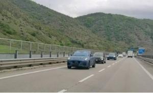 Cazados dos prototipos del nuevo Maserati Grecale en una autopista en Italia