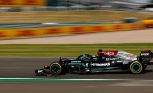 Hamilton vuelve a la senda de la victoria ante su público tras provocar un accidente con Verstappen