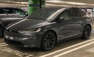 Un prototipo de preproducción del Tesla Model X Plaid cazado al desnudo en la calle