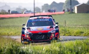 Thierry Neuville lidera el Ypres Rally ante un combativo Craig Breen