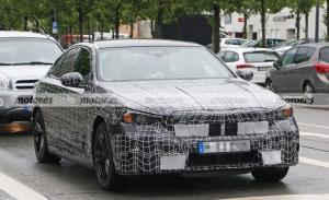 Nuevas fotos espía del BMW Serie 5 2024 revelan detalles en sus pruebas públicas