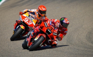 Pecco Bagnaia se doctora en MotoGP tras batir a Marc Márquez en Aragón