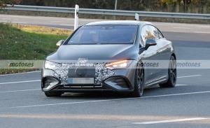 El nuevo Mercedes-AMG EQE 2022 posa al desnudo en fotos espía