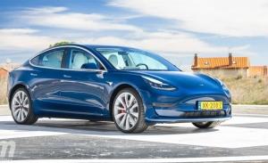 Alemania - Septiembre 2021: El Tesla Model 3 roza la victoria