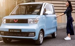 China - Septiembre 2021: El pequeño eléctrico Hongguang Mini EV roza la victoria